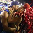 Viviane Araújo e o namorado trocaram um beijo enquanto a rainha de bateria do Salgueiro desfilava na Sapucaí