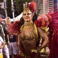 Look vermelho e dourado de Viviane Araujo representou uma cigana