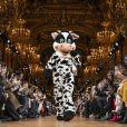 Para encerrar o desfile, a gripe reuniu pessoas vestidas de animais junto com os modelos