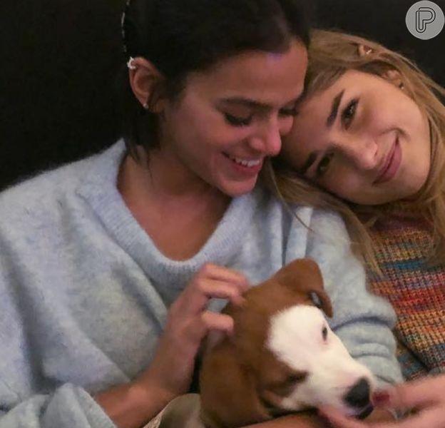 Bruna Marquezine encanta em vídeo com irmã, Luana Marquezine, e cachorro