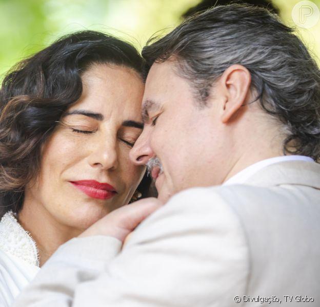 Último capítulo da novela 'Éramos Seis': Lola (Gloria Pires) ganha surpresa do marido, Afonso (Cássio Gabus Mendes)