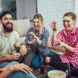 Jogos de adivinhação e mímica que você costuma brincar quando está perto dos amigos, também são ótimos para entreter no happy hour virtual
