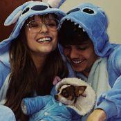 Larissa Manoela combina pijama de personagem da Disney com Leo Cidade e pet