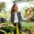 Jeans e tênis: Kate Middleton usa calçado acessível em evento pós-quarentena