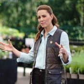 Look comfy: Kate Middleton alia jeans e tênis em 1º evento pós-quarentena. Veja!