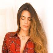 Jade Magalhães usa blusa xadrez com bota e mom jeans para live de Luan Santana