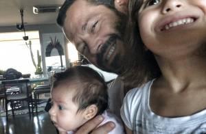 Malvino Salvador junta as duas filhas, Ayra e Sofia, em foto: 'Bagunça'