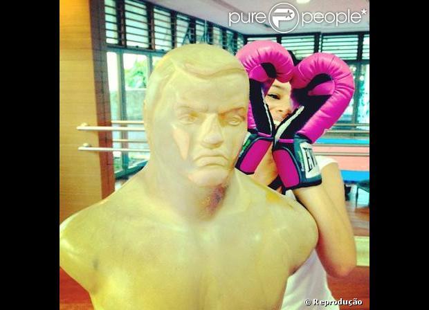 Bruna Marquezine entregou o segredo do corpão. A atriz está fazendo aulas de boxe para manter a silhueta de Lurdinha em 'Salve Jorge', como mostra a foto publicada em seu Twitter nesta quinta-feira, 28 de fevereiro de 2013