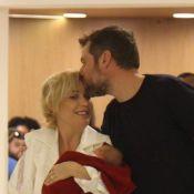 Beleza natural de Luiza Possi encanta web em foto com filho e marido: 'Lindos'