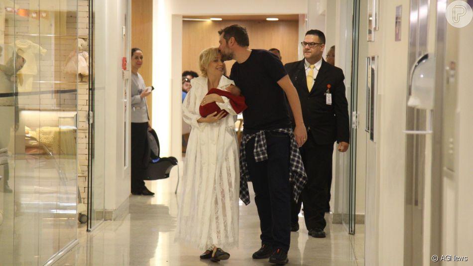 Beleza natural de Luiza Possi em foto com o marido, Chris Gomes, e o filho, Lucca, encantou a web