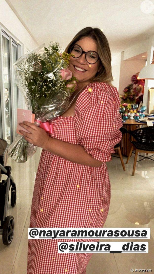 Marília Mendonça usa vestido xadrez vichy com decote quadrado e mangas bufantes