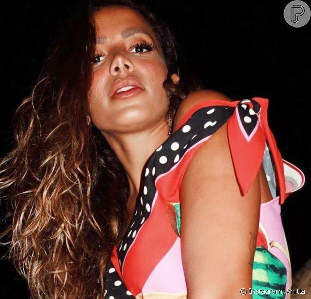 Anitta aposta em roupas vibrante e mixa estampas em viagem à Itália