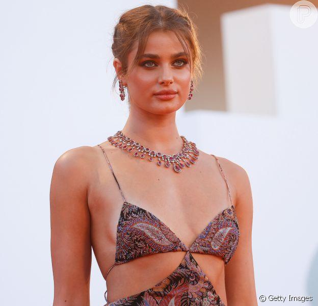 A modelo Taylor Hill posa no tapete vermelho do 77º Festival de Cinema em Veneza, na Itália, nesta quarta-feira, 02 de setembro de 2020