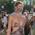 A modelo Taylor Hill combinou estampa de vestido com máscara para se proteger da covid-19 durante Festival de Veneza 2020