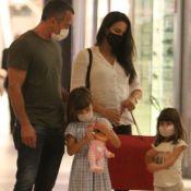 Malvino Salvador e Kyra Gracie passeiam em shopping com filhas e exibem sacola