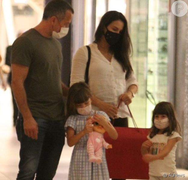 Malvino Salvador passeia com mulher, Kyra Gracie, em shopping no Rio de Janeiro
