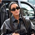 Kim Kardashian causou polêmica ao adotar tranças no estilo box ao visual