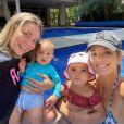 Ticiane Pinheiro e Carol Dantas posaram juntas em dia de piscina com os filhos