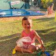 Filha de Ticiane Pinheiro, Manuella usou look fofo de praia em dia de piscina