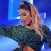 Loiríssima! Anitta tira mechas frontais e surge totalmente platinada: 'Cada dia uma pessoa'