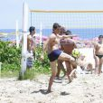 Márcio Garcia é clicado em partida de futevôlei na praia da Barra, no RJ