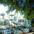 Mesa de doces no casamento de Gretchen Miranda tem decoração de flores