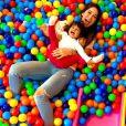 Mayra Cardi se divertiu com Sophia em um brinquedão cheio de bolinhas coloridas