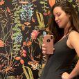 Nathalia Dill foi elogiada ao exibir barrigão de 7 meses em foto de biquíni