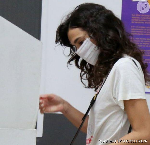 Bruna Marquezine usa look estiloso para votar no Rio de Janeiro