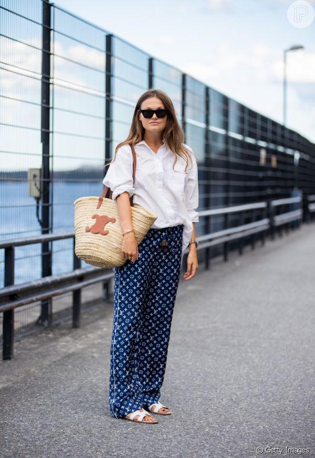 Camisa branca combinada com calça estampada é estiloso