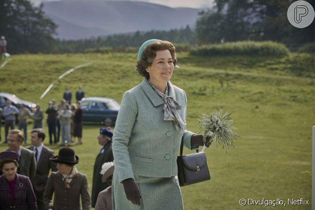 Rainha Elizabeth II (Olivia Colman) tem bolsas compradas na mesma marca que a monarca na vida real