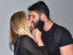 Ellen Rocche prestigia namorado, Guilherme Chelucci, e troca beijos com ator. Fotos!