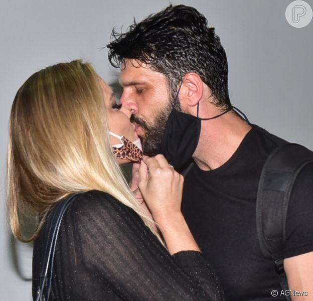 Ellen Rocche troca beijos com namorado, Guilherme Chelucci