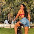 Graciele Lacerda, 40 anos, exibe corpo com biquíni de bolinhas