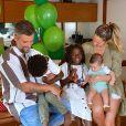 Bruno Gagliasso e Giovanna Ewbank se divertem com os três filhos em fotos