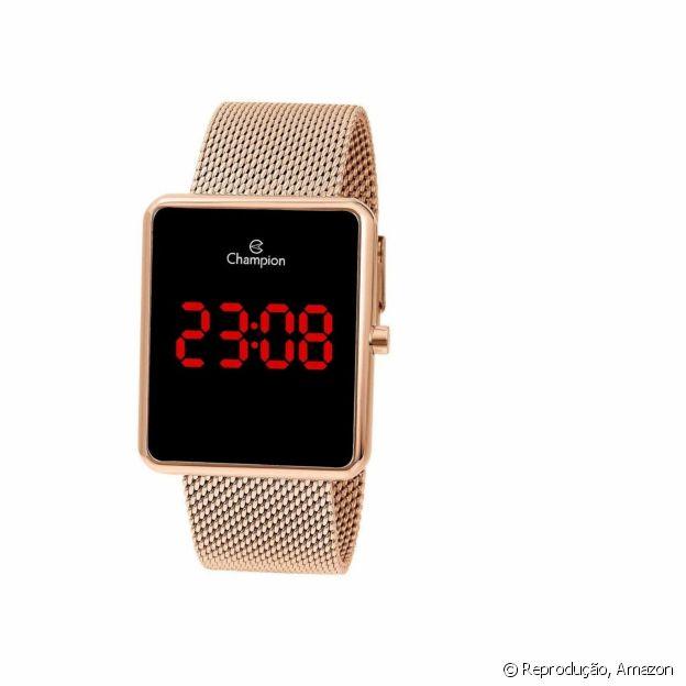 Relógio metalizado deixa o look sofisticado