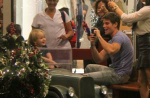 Jonatas Faro leva filho, Guy, para conhecer decoração de Natal de shopping no RJ