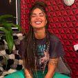 Aline Riscado aposta em t-shirt estilosa e calça flare vazada para o Natal 2020