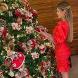 Barbara Evans exibe detalhes de seu look de Natal 2020. Modelo apostou em penteado semipreso para completar o visual