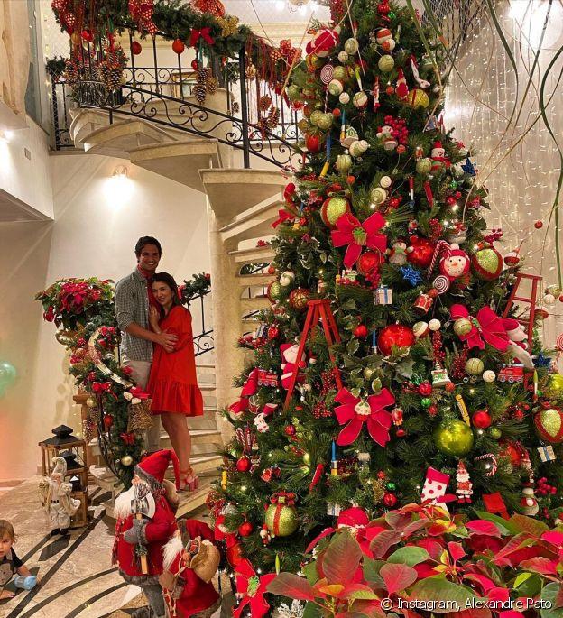 Árvore de Natal de Alexandre Pato e Rebeca Abravanel chama atenção em foto do casal