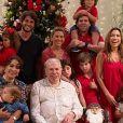 Silvio Santos posou com mulher, filhas, genros e netos no Natal