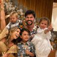 Filhos de Patricia Abravanel e Fabio Faria usaram camisas polo no réveillon