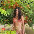 Bruna Marquezine posa com biquíni coral e colar delicado