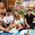 Patricia Abravanel posou com o marido, sogro e filhos na festa de 3 anos de Jane
