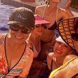 De biquíni, Andressa Suita curte piscina com mãe e amigas