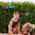 Filha de Roberto Justus combina look com Ana Paula Siebert em 1ª aula de natação