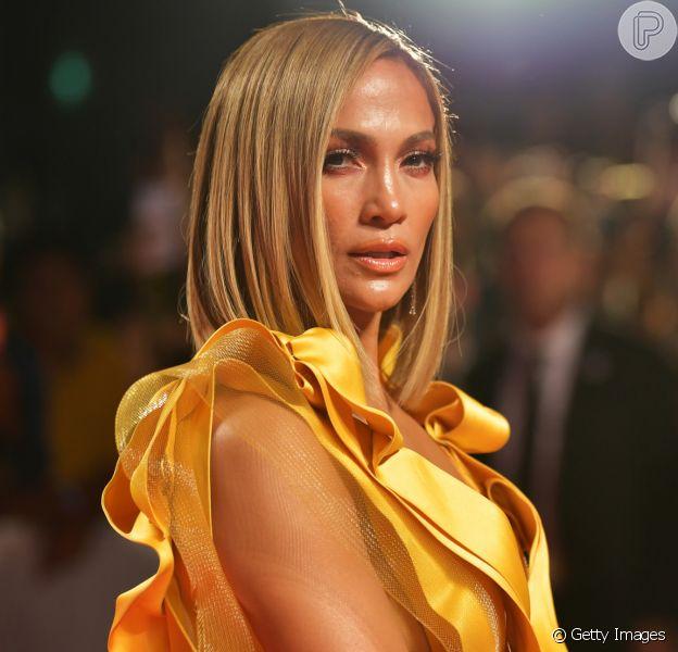 Jennifer Lopez nega ter botox ou plástica no corpo
