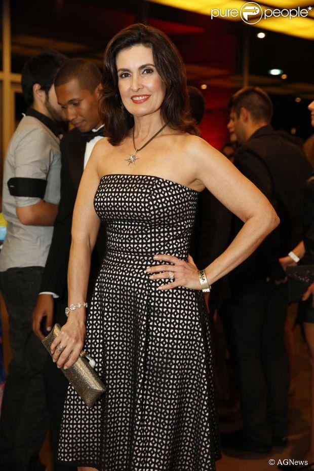 Fátima Bernardes prestigia o Prêmio Extra de Televisão com um vestido tomara que caia exaltando a boa forma na noite desta terça-feira, 11 de novembro de 2014