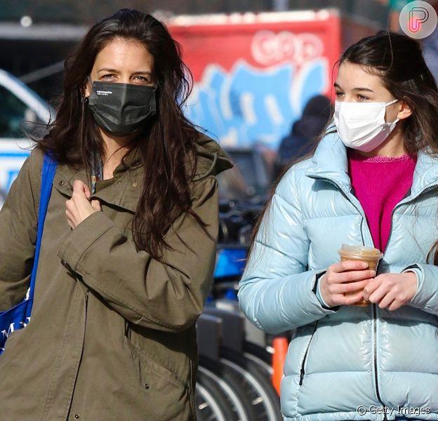 Filha de Tom Cruise e Katie Holmes, Suri, de 14 anos, é clicada com a mãe em NY. Fotos!