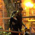 Cleo Pires sai do restaurante abraçada com Rômulo Arantes Neto